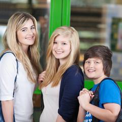 drei freunde vor der schule