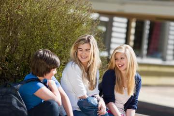 drei schüler lachen in der pause