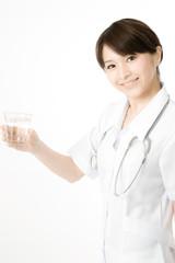 水を飲む医療従事者