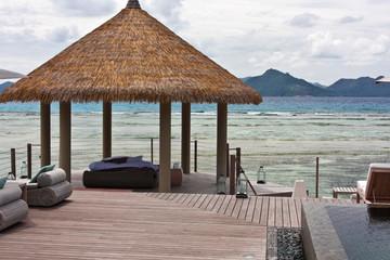 kiosque de détente au bord de l'océan