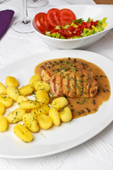 Pfeffersteak mit Gnocchi und Salat