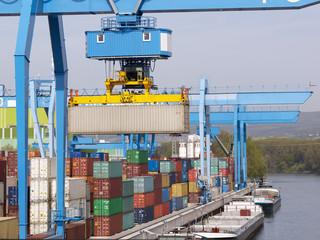 Container Terminal am Wasser