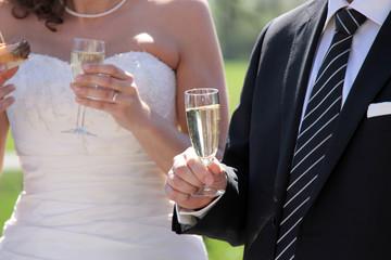 Hochzeitspaar mit Sekt und Imbiss
