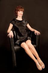 Elegante Frau in schwarzem Kleid und Stöckelschuhen