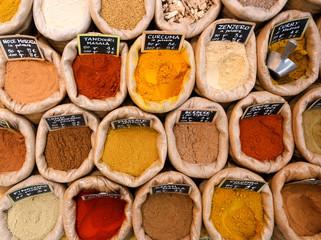 spezie colorate in sacchi di tela ad un afiera