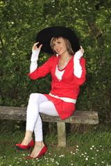 Jeune femme assise sur un banc