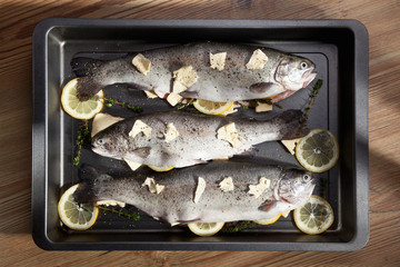 Fish with lemon and butter in pan