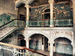 Papiers peints Ancien hôpital Beelitz Treppenhaus im alten Krankenhaus