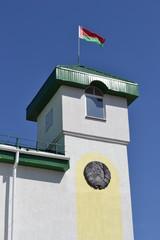 Государственные флаг и герб Республики Беларусь на здании.