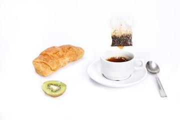 colazione con tè brioscia e frutta
