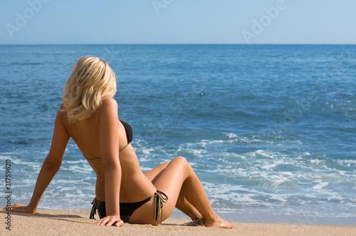 foto-blondinok-spinoy-v-kupalnike