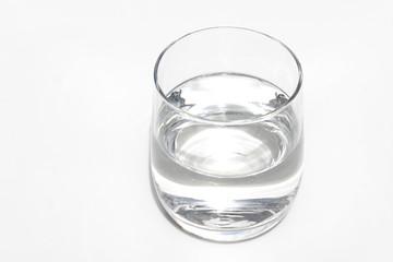 Bicchiere d'acqua su fondo bianco