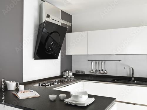 cucina moderna laccata bianca con stoviglie sul top