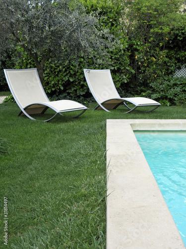 Jardin piscine et chaises longues photo libre de droits - Chaises longues piscine ...
