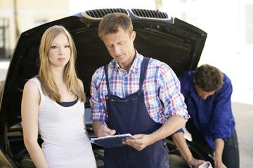 Kundenberatung in der Autowerkstatt