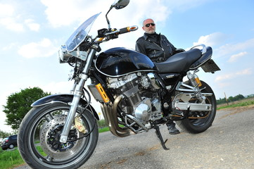 Biker hinter seinem Motorrad