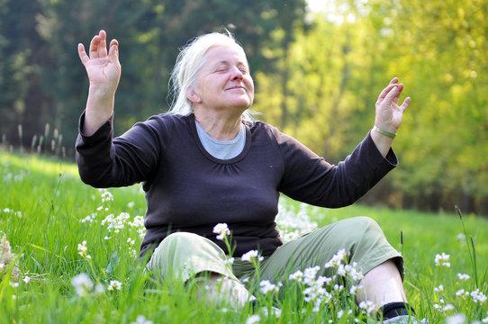 Seniorin beim entspannen
