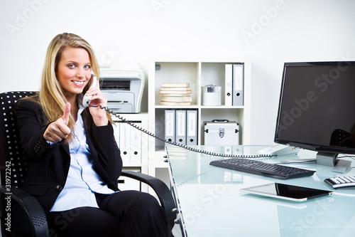 erfolgreiches telefongespr ch im b ro stockfotos und lizenzfreie bilder auf bild. Black Bedroom Furniture Sets. Home Design Ideas