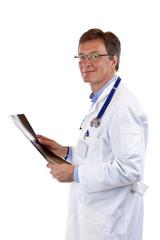 Älterer, freundlicher Chefarzt mit Stethoskop hält Röntgenbild