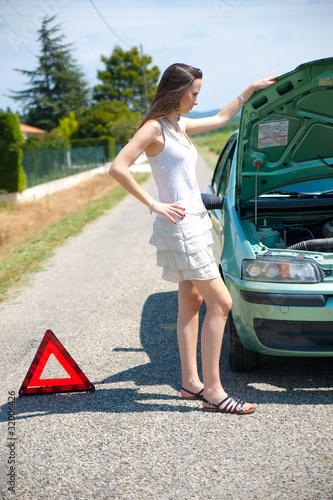 Femme en panne de voiture photo libre de droits sur la for Reprise voiture en panne garage