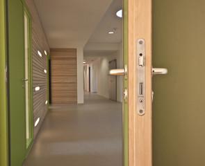 Büro langer Flur mit offener Tür