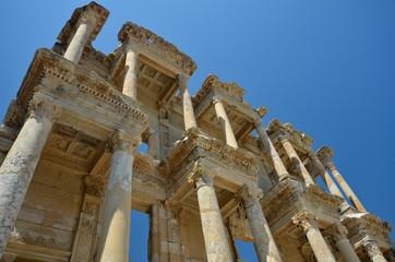 Au pied de la biblitohèque de Celcus à Ephèse