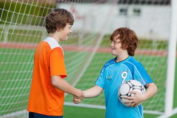 junge fußballer geben sich die hand