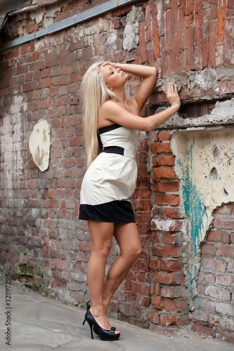 Красивая девушка в коротком платье фото 785-522