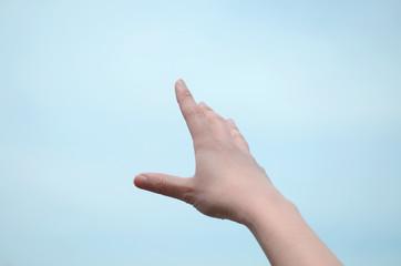 女性の掲げた手