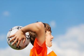 junger fußballer beim einwurf