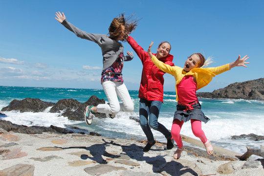 Enfants sautant de joie