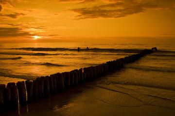 Zachód słońca w Kołobrzegu. Morski krajobraz.
