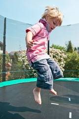 Junge auf dem Trampolin