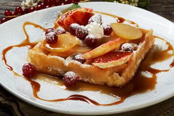 waffle alla frutta con sciroppo d'acero