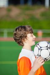junge beim fußballspiel