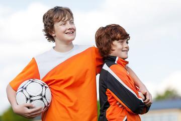 zwei freunde mit fußball