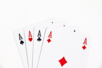 Poker d'assi su sfondo bianco