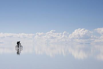 ウユニ塩湖、自転車に乗っている人の影