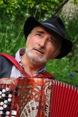 homme senior jouant de l'accordéon