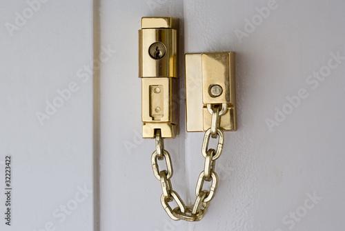 Türschloss Sicherheit türschloss mit kette in gold zur sicherheit stockfotos und
