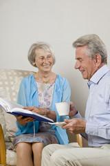 Glückliches älteres Paar liest ein Buch