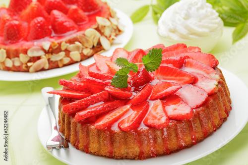 Белый торт с кусочками фруктов  № 2171590 без смс