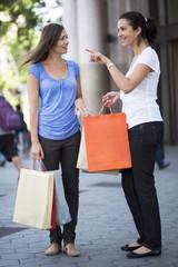Zwei Frauen beim Shopping in der Innenstadt