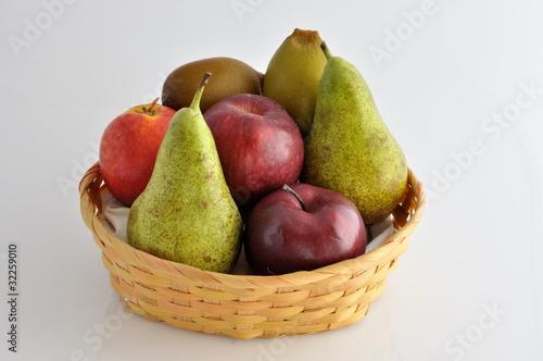Cesto di frutta con pere mele kiwi e pesca noce immagini for Cesto di frutta disegno