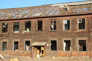 Заброшенный двухэтажный  дом
