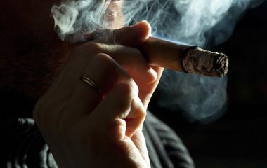 Zigarre rauchen