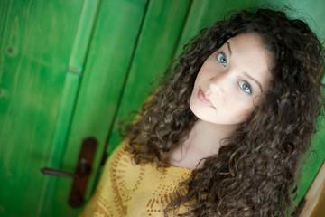 Ragazza con i capelli neri e occhi azzurri