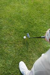 golfer beim spiel