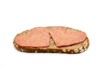 Brot mit Paprikasalami belegt