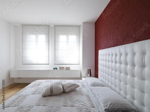 lussuosa camera da letto con due larghe finestre\